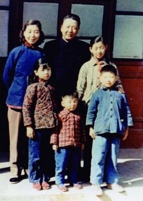 Foto da família de Xi Jinping em 1959. /CCTV (PRNewsfoto/CGTN)