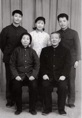 Foto da família de Xi Jinping em 1975. /CCTV (PRNewsfoto/CGTN)