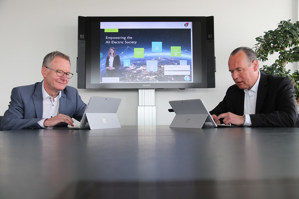 (from left to right) CTO Roland Bent and CEO Frank Stührenberg also answered customer questions in a live chat (PRNewsfoto/Phoenix Contact)