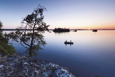 Afin de protéger davantage les plans d'eau dont elle a la gestion contre les espèces aquatiques envahissantes (EAE), la Sépaq prend des mesures concernant l'utilisation d'embarcations personnelles remorquées. L'inspection ou le lavage des bateaux seront ainsi instaurés dans les établissements où l'usage d'embarcations personnelles remorquées demeurera permis. (Groupe CNW/Société des établissements de plein air du Québec)