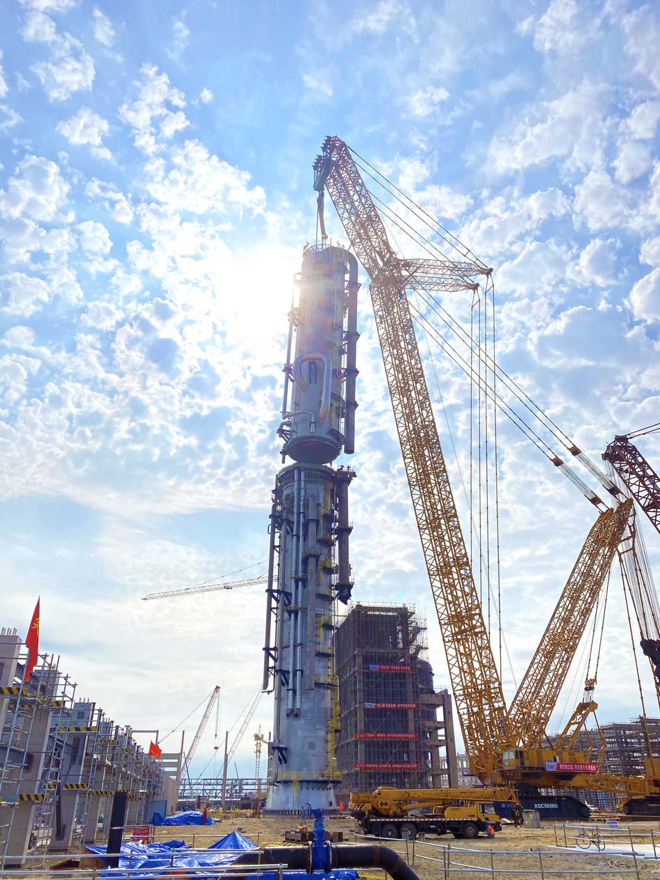 O guindaste sobre esteiras XGC88000 de 4.000 toneladas da XCMG levanta a maior torre de lavagem EO/EG do mundo. (PRNewsfoto/XCMG)