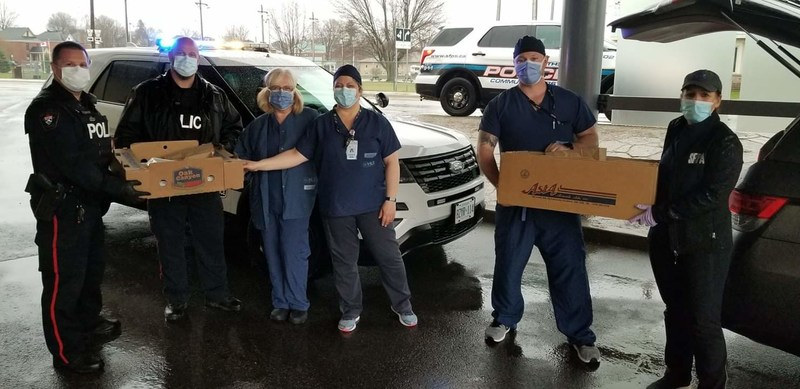 Smiths Falls Police Association delivers a hot meal to local health care workers who are working tirelessly to keep their community healthy and safe during the pandemic. (CNW Group/Police Association of Ontario)