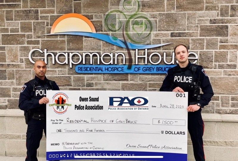 Owen Sound Police Association delivers a monetary donation to support Chapman House Residential Hospice of Grey Bruce during the pandemic. (CNW Group/Police Association of Ontario)