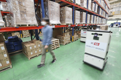 5G autonomous carts transport smartphones and other devices to designated locations, as requested by the control center and the person in charge, at KT's Seobu Distribution Center.