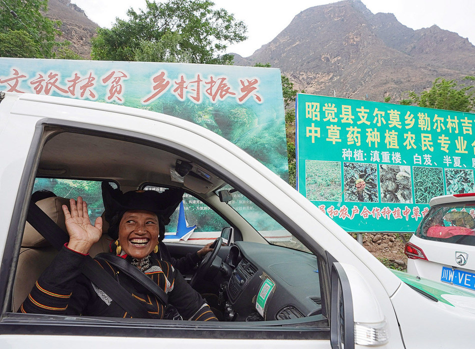 A resident of Aluleer village heads to her new home located in the county seat of Zhaojue, Sichuan province, on May 12, 2020. [Photo by Yin Gang for China Daily]