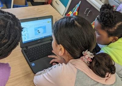 Les élèves de l'Équipe Gillis Green de l'école publique Cresthaven de Toronto sont plongés dans le processus de montage pour créer leur vidéo primée sur une alimentation saine. (Groupe CNW/Canadian Geographic Education)