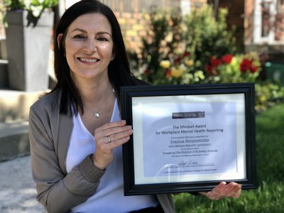 Ioanna Roumeliotis with her Honourable Mention award certificate (CNW Group/Canadian Journalism Forum on Violence and Trauma)
