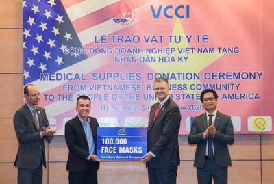 Director of Dony Garment, Pham Quang Anh, (left) and the US Ambassador to Vietnam Daniel Kritenbrink during the medical supplies donation hosted by VCCI, June 5th.