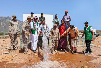 water_flowing_in_desert_with_men