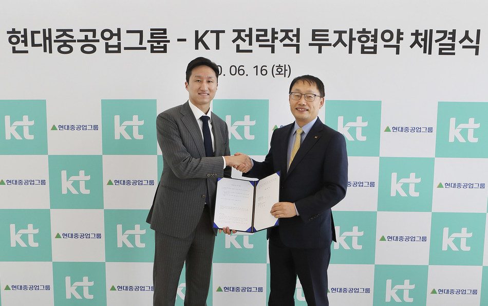 After KT and Hyundai Robotics contracts to speed up collaboration for digital transformation based on 5G, AI and smart factory, KT president Ku Hyeonmo and Hyundai Heavy Industries Holdings Senior Executive Vice President (SEVP) Chung Kisun are taking photo at the signing ceremony.