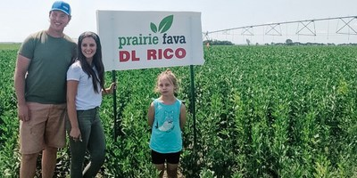 Hailey and Cale Jefferies of Prairie Fava (CNW Group/Protein Industries Canada)