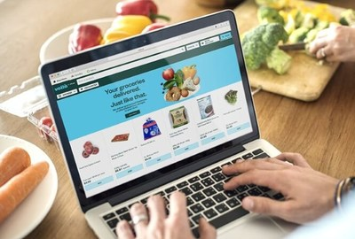 Customer orders groceries using Voila.ca (CNW Group/Empire Company Limited)