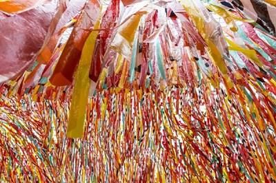 Le Roof Line Garden. Cette année, les concepteurs Coryn Kempster et Julia Jamrozik se sont inspirés des couleurs de mouches à pêche pour souligner l'exposition Histoires de pêche. Crédit photo: François Ozan, Icône (Groupe CNW/Musée de la civilisation)