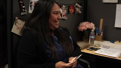 """United Ways of California, con la asistencia de voluntarios de VITA y portales en línea como MyFreeTaxes.org, ayuda a personas como Ivonne Sonato-Vega a preparar su declaración de impuestos gratis y solicitar créditos fiscales, con opciones virtuales durante COVID-19: """"Cuando luchas por llegar a fin de mes, es difícil ahorrar... tener ese dinero ahí, te motiva"""". (PRNewsfoto/United Ways of California)"""