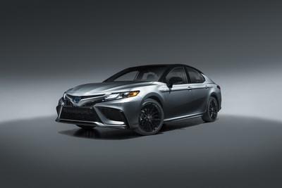 La primera versión XSE Híbrido combina el tren motriz del Camry más eficiente en el consumo de combustible con su expresión más elevada de mezcla de lujo y deporte.