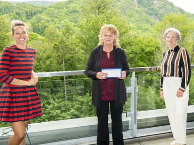 Julie Houle, animatrice, Guylaine Desjardins, la gagnante, et Lynne Roiter, présidente et chef de la direction de Loto-Québec (Groupe CNW/Loto-Québec)