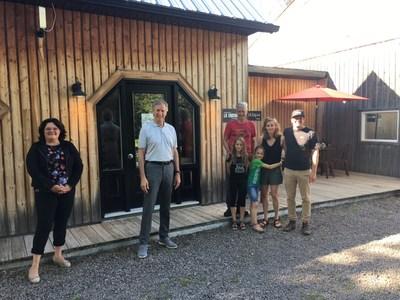 Le ministre de l'Agriculture, des Pêcheries et de l'Alimentation, M. André Lamontagne, en tournée dans la région du Saguenay-Lac-Saint-Jean. (Groupe CNW/Cabinet du ministre de l'Agriculture, des Pêcheries et de l'Alimentation)