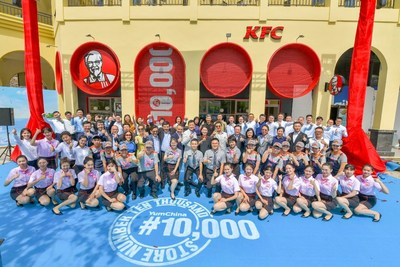 Yum China Management Team and employees celebrated the 10,000th store opening in Hainan
