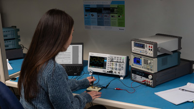 This series includes Tektronix's HelpEverywhere® system, which provides useful tips and hints throughout the user interface, increasing approachability for new users.