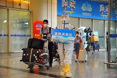 Funcionários japoneses chegam ao Aeroporto Internacional Sunan Shuofang em Wuxi, na província de Jiangsu, no leste da China, num voo charter enviado pela prefeitura de Changshu em 8 de agosto. (PRNewsfoto/Xinhua Silk Road)