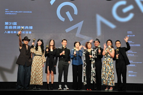From the left Hsuan Huang, Nana Lee, Shi Shi, Isaac Chen (Jury Chairman), Hsu Yi-chun (Director of Bureau of Audiovisual and Music Industry Development, Ministry of Culture), Emily Kuan and O-Kai Singers
