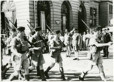 Arrivée des soldats du Royal Rifles of Canada et du Winnipeg Grenadiers à Hong Kong, le 16 novembre 1941; Collection d'archives George-Metcalf; Musée canadien de la guerre 19920085-1104_53 (Groupe CNW/Musée canadien de la guerre)