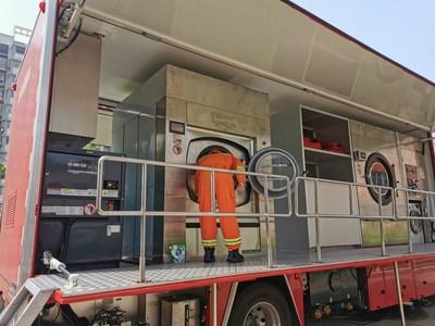 O caminhão-lavanderia itinerante da Zoomlion é usado durante o combate à inundação em um abrigo temporário de emergência (PRNewsfoto/Zoomlion)