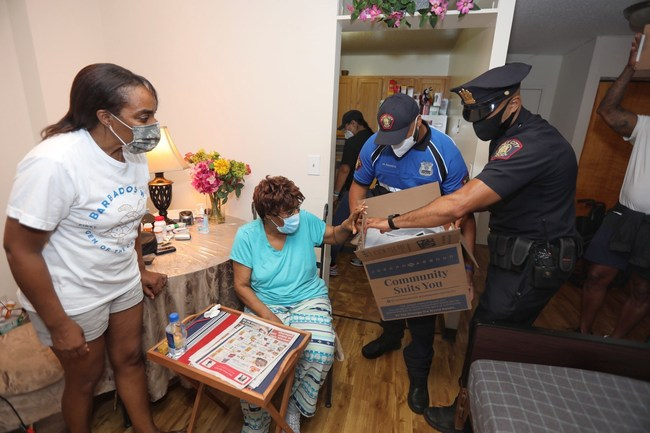 Members of the Jersey City Police Department (JCPD) joined executives from WHP Global, owner of the American menswear brand Joseph Abboud, to hand-deliver Dinnerly meal kits to local families in need. Photo by Jennifer Brown for City of Jersey City.