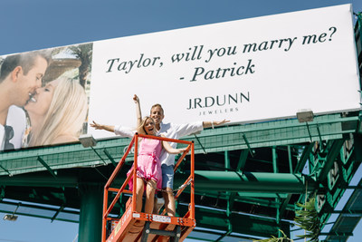 ¡Patrick hizo su pedida de mano en grande, a través de una valla publicitaria en la I-95 del sur de Florida! Crédito: Christina Cernik Photography