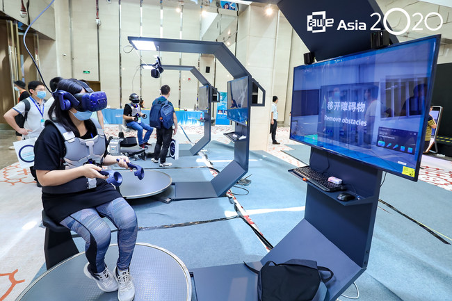 Demos in a post-pandemic era: Attendees try out the Stream of Consciousness VR System by Chongqing Mengshen Technology (winner of the Auggie Award for Best Innovation).
