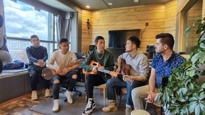 Jornalistas da CGTN tocam com músicos tibetanos. /CGTN (PRNewsfoto/CGTN)