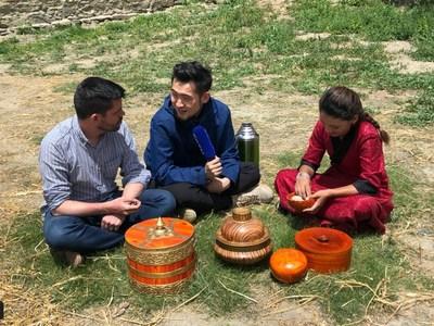 Jornalistas da CGTN falam com Lhamo, celebridade tibetana na internet, que tem quase 1,5 milhão de seguidores. /CGTN (PRNewsfoto/CGTN)