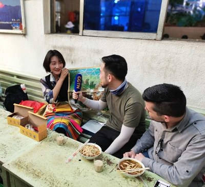 Beba chá tibetano com os locais. /CGTN (PRNewsfoto/CGTN)