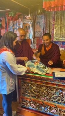 """La reportera de CGTN Li Jingjing se reúne con el """"Buda viviente"""" Kyungpo en el monasterio de Tashi Lhunpo. /CGTN (PRNewsfoto/CGTN)"""