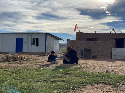 Two local people sit in front of Tibetan black tent, a traditional dwelling of local nomads. /CGTN