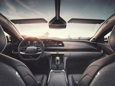 O interior do Lucid Air reflete a revolução da próxima geração de mostradores em forma livre, que são elegantemente integrados na arquitetura do design da cabine, proporcionando uma maneira bonita e perfeita de interagir com o software do veículo e com a interface do usuário centrada no ser humano. (PRNewsfoto/Lucid Motors)
