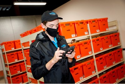 Voilà by Sobeys teammate uses handheld device to assemble curbside pickup order. (CNW Group/Sobeys Inc.)