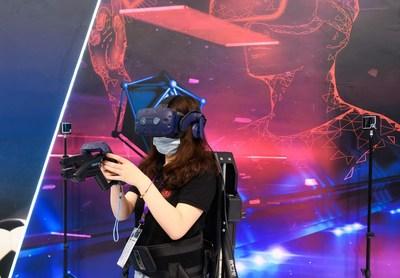 Un visitante disfruta un juego de realidad virtual mediante dispositivos equipados con 5G en la 10ma Exposición de Ciudades Inteligentes y Economía Inteligente en Nigbó, en la provincia Zhejiang de China Oriental, el 11 de septiembre de 2020. (PRNewsfoto/Xinhua Silk Road Information Se)