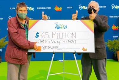 James Wickman (droite) et sa femme Eerikka (gauche) de Hearst, accompagnés de leur famille, ont conduit jusqu'à Toronto pour percevoir un chèque de 65 millions de dollars. M. Wickman a gagné le gros lot du tirage de LOTTO MAX du mardi 8 septembre 2020. (Groupe CNW/OLG Winners)
