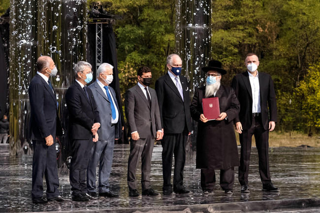 On memorial site today (September 29) Ukraine President Volodymyr Zelenskyi Pinchuk, Ukraine Minister of Culture and Information Policy Oleksandr Tkachenko, and BYHMC board members: Leonid Kravchuk, Ronald Lauder, Yakov Dov Bleich, Pavlo Fuks. (PRNewsfoto/Babyn Yar Holocaust Memorial Center)