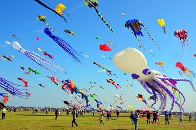 El 37° Festival Internacional de Cometas de Weifang comienza en el este de China