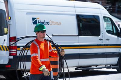 Travailleur d'Hydro Ottawa (Groupe CNW/Société de portefeuille d'Hydro Ottawa Inc.)
