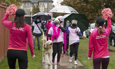 L'équipe de la Banque CIBC tient à saluer les survivantes du cancer du sein Alma Cercado et Margarita Okumura, mère et fille, qui ont soutenu l'édition réinventée de cette année de la Course à la vie CIBC de la Société canadienne du cancer. Partout au Canada, 6 500 membres de l'Équipe CIBC ont recueilli environ 2 millions de dollars pour la recherche sur le cancer du sein et le soutien à la maladie. (Courtoisie : Banque CIBC) (Groupe CNW/CIBC)