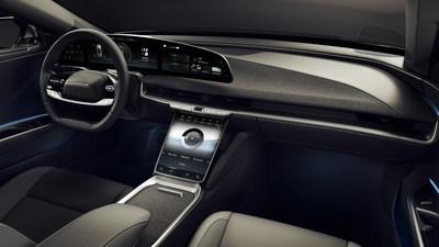 """A Lucid Air é um carro que reinventa o sedan de luxo tradicional com uma nova referência de eficiência da montagem que capitaliza na transmissão miniaturizada avançada do Lucid para fornecer o espaço interior de um veículo de luxo de tamanho grande, enquanto mantém o layout exterior de um sedan de tamanho médio. Recursos de luxo do modelo Lucid Air incluem revestimento interior PurLuxe, sem origem animal no tema Mojave, monitor de comando arqueado, em vidro Lucid 34"""", monitor em relevo tipo flutuante e o maior bagageiro da frente."""