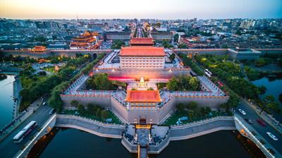 La puerta del sur en la muralla de la ciudad de Xi'an al atardecer (PRNewsfoto/Xi'an Municipal People's Government)
