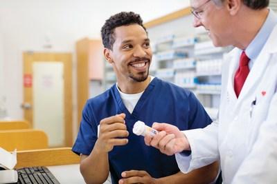 Farmacéutico y técnico en farmacia de CVS Health.