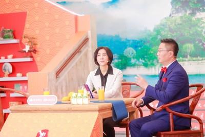 Huang Zuying, dirigente do condado de Zhongxian, está promovendo o turismo cultural local para internautas via transmissão ao vivo, na segunda-feira. (PRNewsfoto/Xinhua Silk Road)
