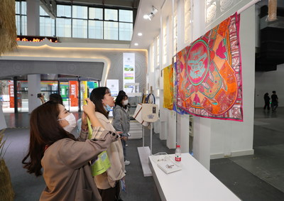 Visitors at the 14th Hangzhou Cultural and Creative Industry Expo (PRNewsfoto/Hangzhou Cultural & Creative Industry Expo Organizing Committee Office)