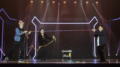 "Qin Mingxiao and Yao Jinfen perform the magic ""interactive ancient color"" (PRNewsfoto/China Youth Daily)"