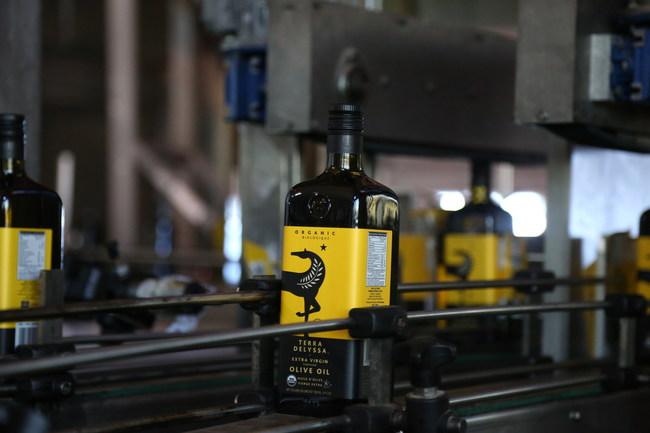 Cada vez más productores de aceitunas utilizan IBM Food Trust en IBM Cloud y permiten a los clientes rastrear el origen de su aceite utilizando una cadena de bloques.